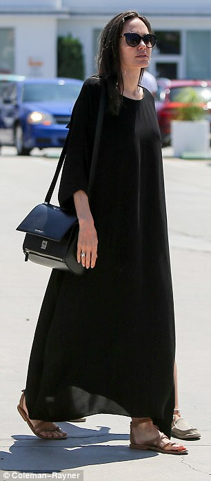 432D857400000578-4783522-Stylish_Angelina_looked_effortlessly_elegant_for_her_low_key_day-a-22_1502493373028