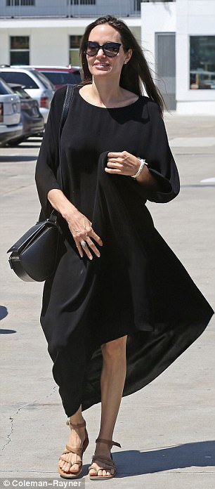 432D8CBD00000578-4783522-Stylish_Angelina_looked_effortlessly_elegant_for_her_low_key_day-a-23_1502493373052