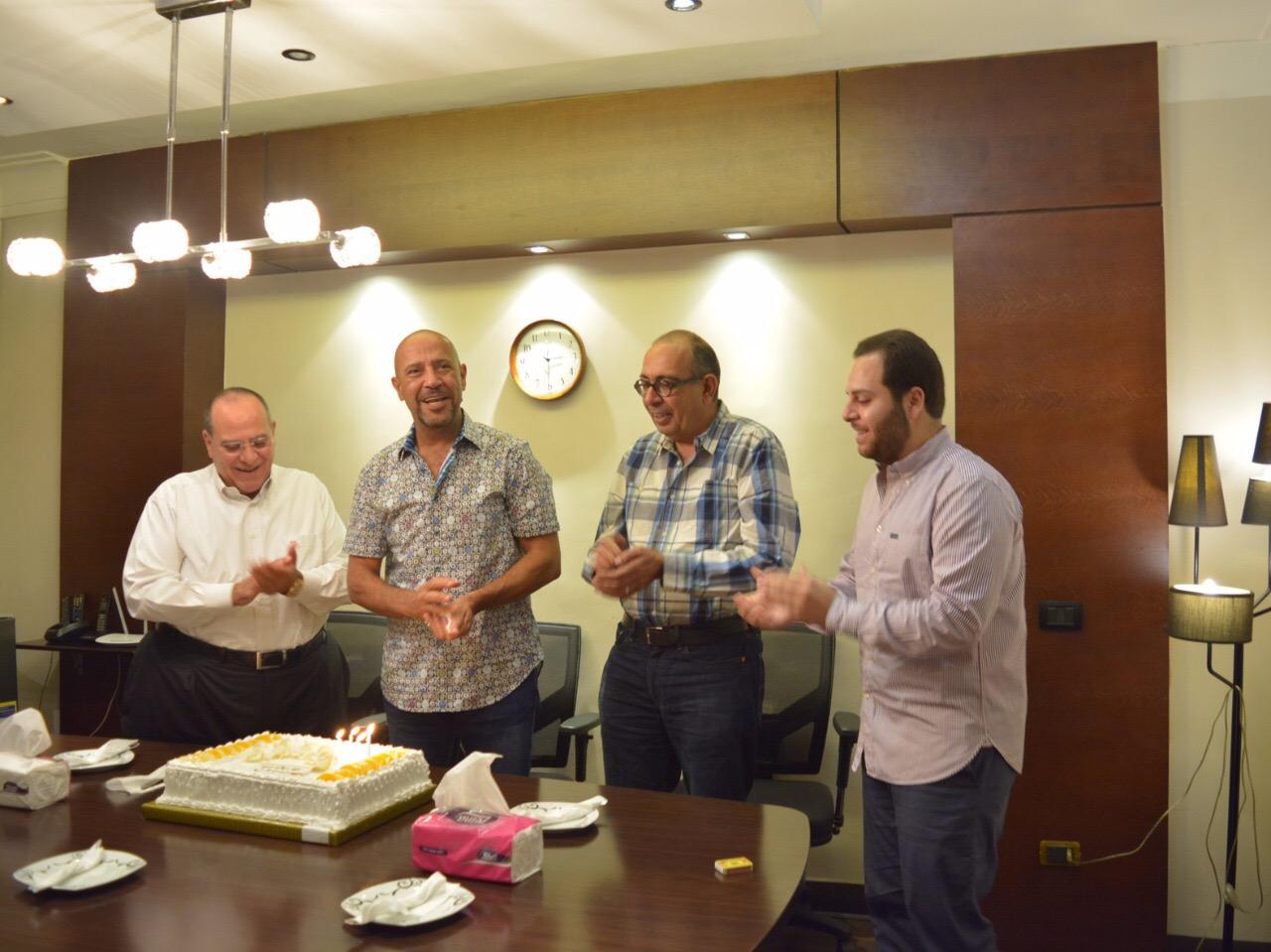 اشرف عبد الباقى يحتفل بعيد ميلاده مع صادق الصباح ونجله انور