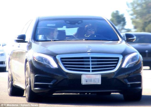 لوبيز تهتم ببشرتها في السيارة (1)