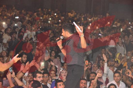 حماقي يتألق باقوي حفل تخرج لطلاب تجارة الإسكندرية (1)