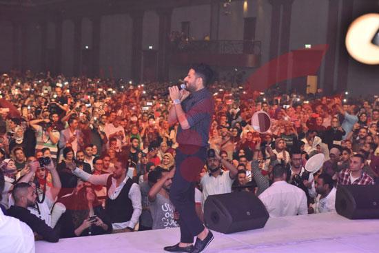 حماقي يتألق باقوي حفل تخرج لطلاب تجارة الإسكندرية (20)