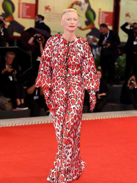 فستانها يثير الجدل من Schiaparelli