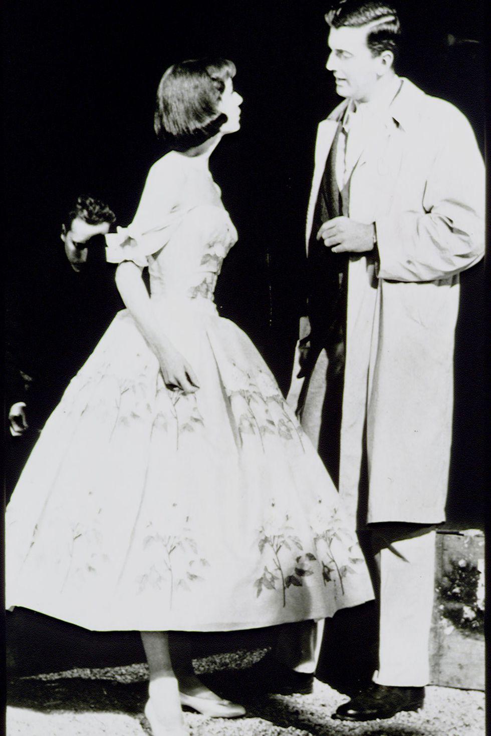 في الخمسينات خلال ارتداء هيبورن واحد من تصميمات Givenchy