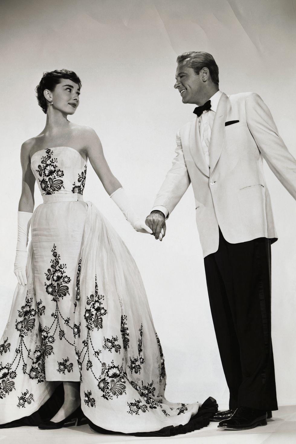 عام 1954 ترتردي هيبورن فستان جمع اللونين الابيض و الاسود من تصميم جيفنشي بفيلم Sabrina