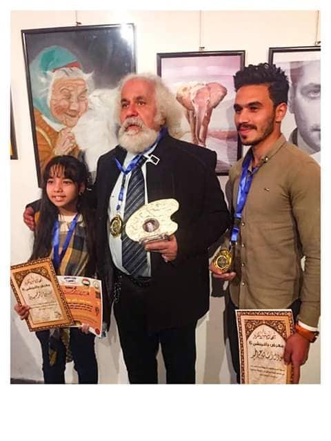 الفنان التشكيلي الكبير عادل بنيامين مع الطفلة سادين