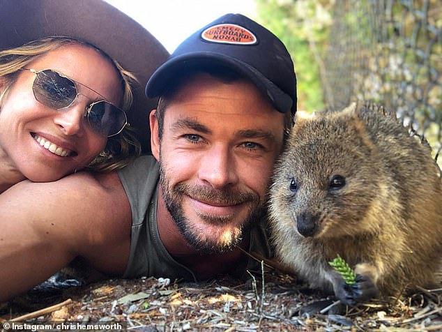 كريس هيمسوورث مع زوجته وبرفقة حيوان كوكا فى أسترليا