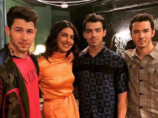 بريانكا مع أشقاء زوجها