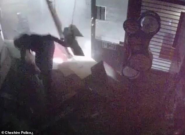 عصابة تتبع أسلوب جديد لسرقة آلات الصراف الآلى فى بريطانيا (3)
