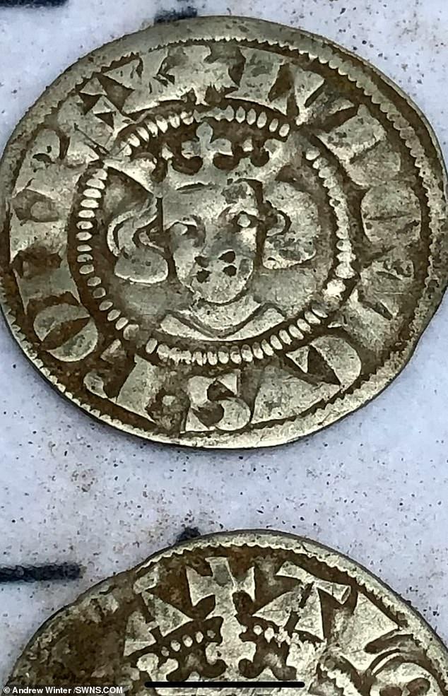 صيادى كنوز بريطانيين يعثرون على 550 قطعة من العملات الذهبية (6)