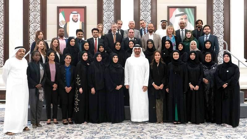 محمد بن زايد يتوسط السيدات الاماراتيين