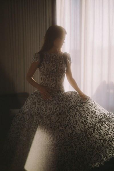 خلال ارتداء بينلوبي الفستان  (3)