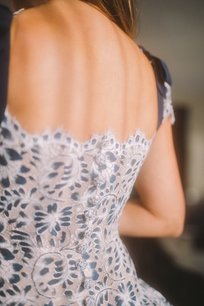خلال ارتداء بينلوبي الفستان  (2)