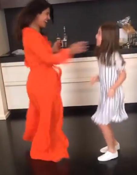بريانكا في وصله رقص مع فتاة صغيره (2)