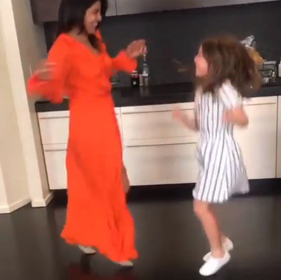 بريانكا في وصله رقص مع فتاة صغيره (1)