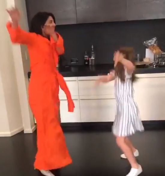 بريانكا في وصله رقص مع فتاة صغيره (4)