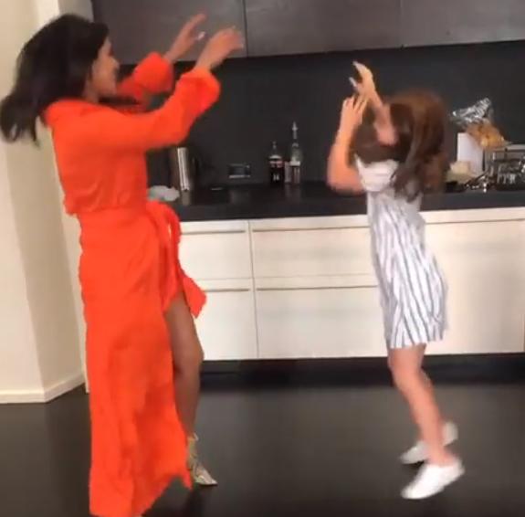 بريانكا في وصله رقص مع فتاة صغيره (3)