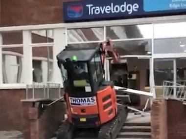 عامل يهدم بوابه فندق للحصول على مستحقاته