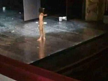 الممثل السورى الذى خلع ملابسه على المسرح