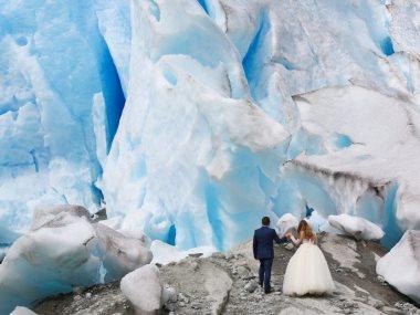 حفل زفاف على قمه نهر جليدى