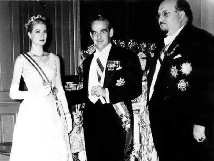 الملك فاروق الأول بجوار أمير وأميرة موناكو