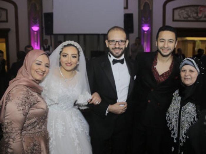 حمادة هلال يشارك فرحة الزميلين ذكى وهدير بزفافهما