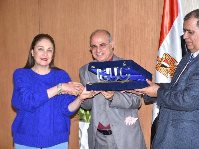 تكريم شيرين فى مهرجان مصر الإنسان