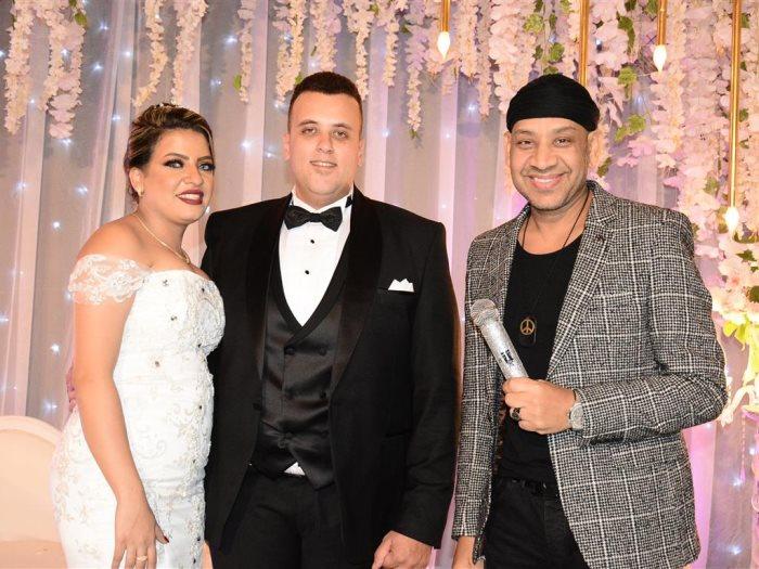 كاريكا والعروسان
