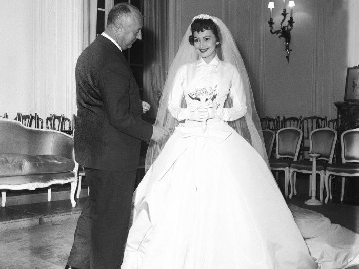 1b19cfd97 من 1954 وأنت طالع.. أجمل فساتين زفاف لبيت أزياء «ديور» حتى الآن - عين