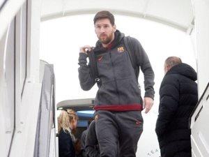 صور.. وصول ميسي ولاعبى برشلونة لندن قبل موقعة تشيلسى