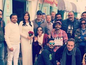 محمد هنيدى وهنا شيحة يحتفلان بأول يوم تصوير «أرض النفاق» بالأبيض