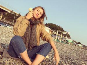 صورة.. ماريا شارابوفا على الشاطئ وتأكل الأيس كريم