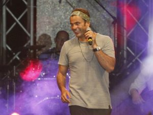 فيديو.. عمرو دياب بحفله فى مارينا:تجمعنى صداقة قوية بتامر حسين منذ 2009
