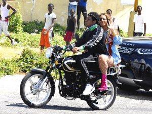صور.. بيونسيه وجاى زد على الدراجة النارية فى جامايكا