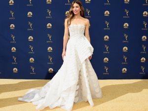 من أين انتقت نجمات العالم ملابسهن ومجوهراتهن بحفل Emmy Awards لعام 2018