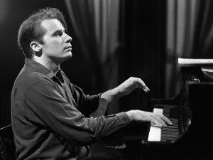 عازف البيانو الكلاسيكى جلين جولد «يعود للحياة» ويستعد لجولة بالـ«Hologram»