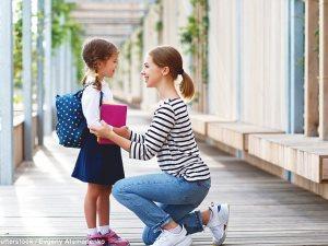قدمى لطفلك الدعم مع بداية الدراسة.. انسى المنبه وأرسلى لزملائه قطعا من الحلوى