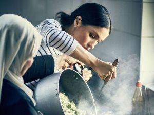 الدوقة المتواضعة.. ميجان ماركل تطبخ للناجين من حريق برج جرينفيل