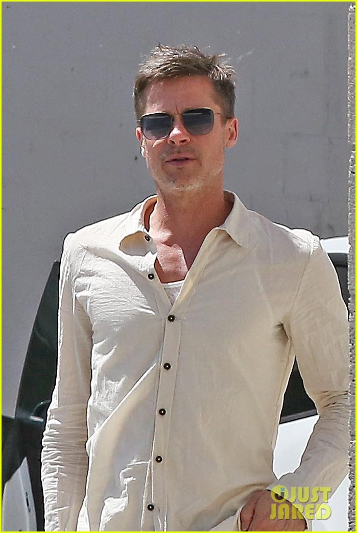 brad-pitt-linen-shirt-gives-peek-at-thin-figure-07