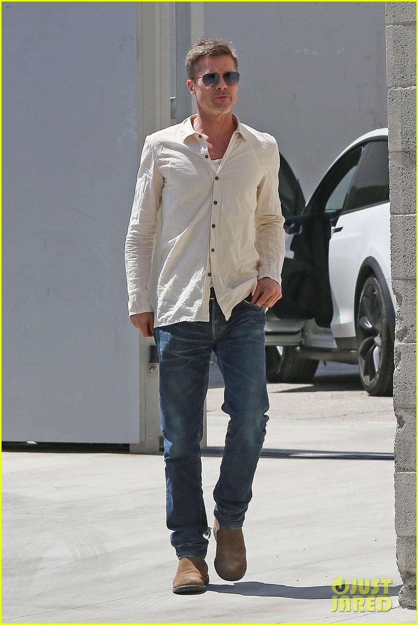 brad-pitt-linen-shirt-gives-peek-at-thin-figure-14