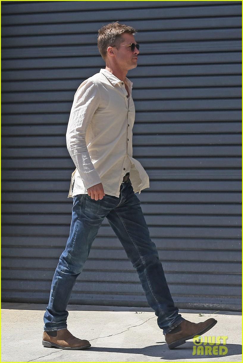 brad-pitt-linen-shirt-gives-peek-at-thin-figure-22
