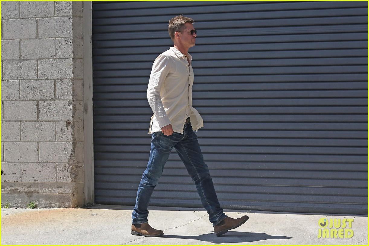 brad-pitt-linen-shirt-gives-peek-at-thin-figure-03