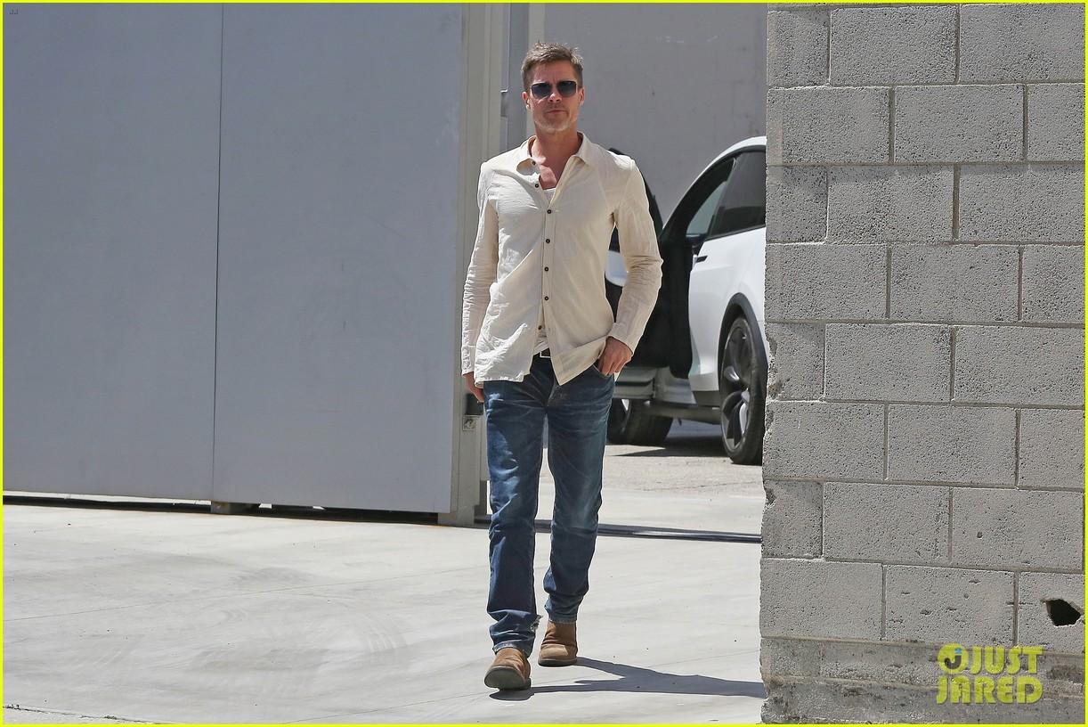brad-pitt-linen-shirt-gives-peek-at-thin-figure-01