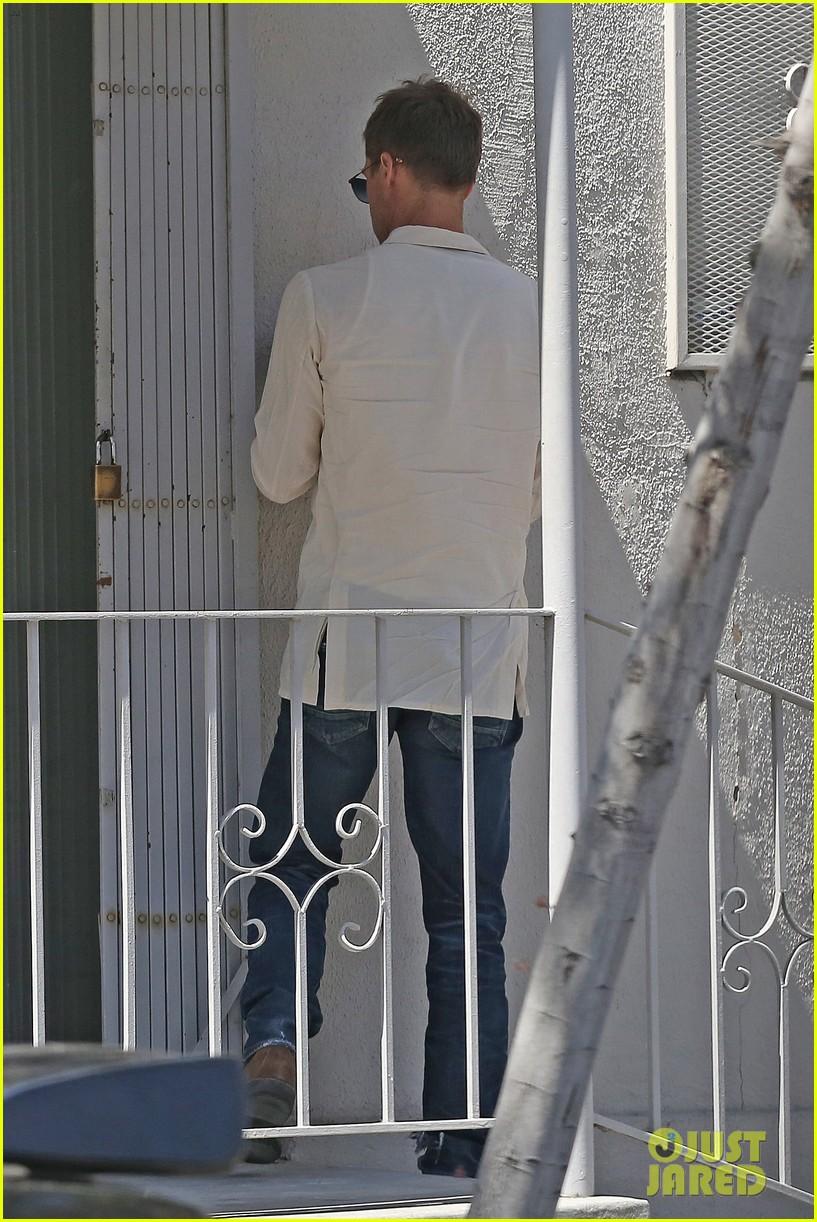 brad-pitt-linen-shirt-gives-peek-at-thin-figure-02