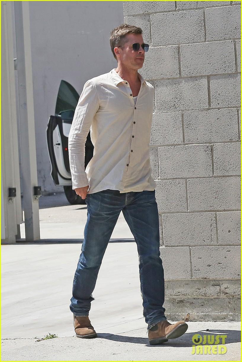 brad-pitt-linen-shirt-gives-peek-at-thin-figure-05