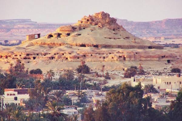 جبل الموتى والمقابر وسط الصخور