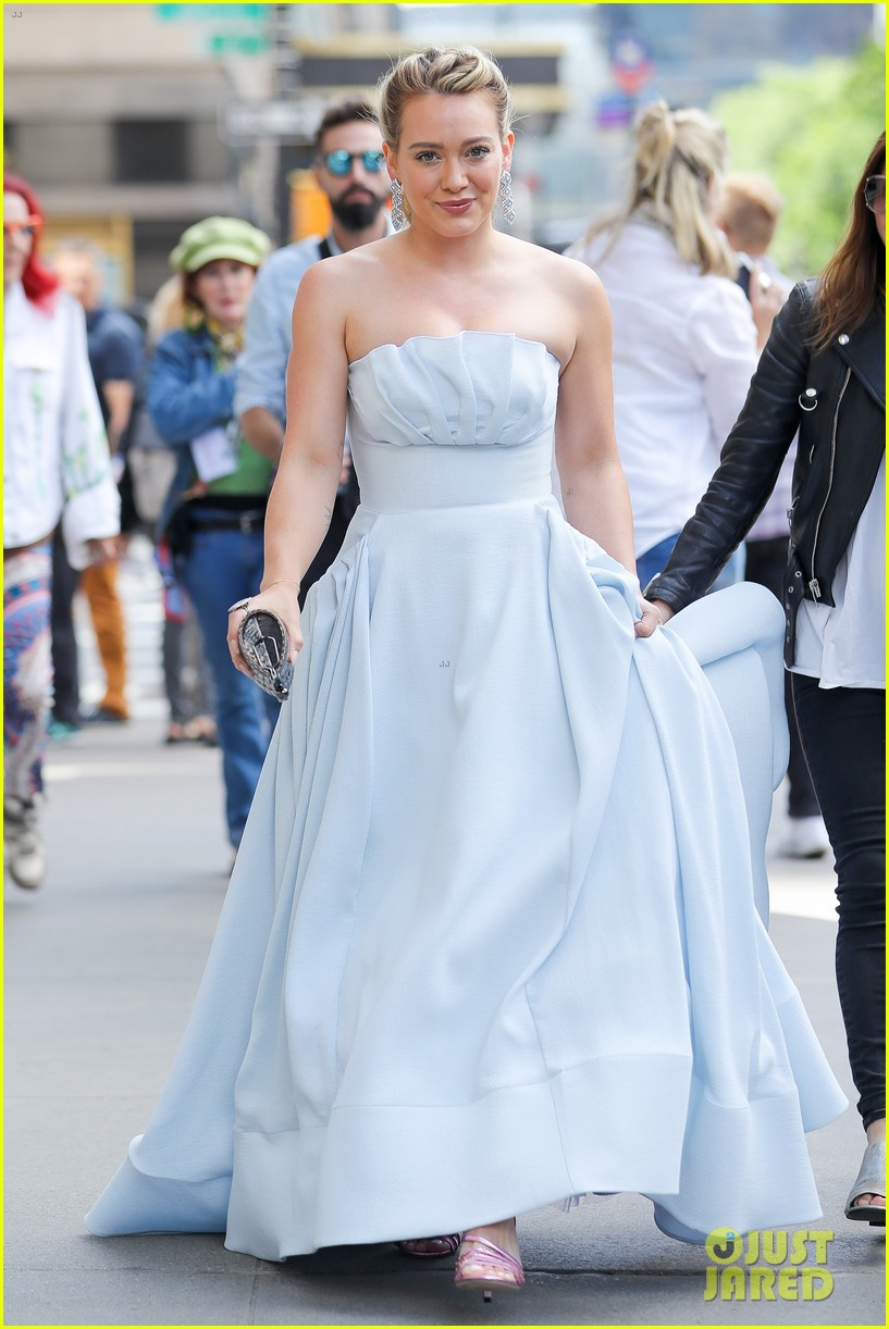 hilary-duff-has-a-cinderella-story-moment-on-younger-set-08
