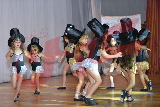 البنات-اثناء-الاستعداد-للعرض