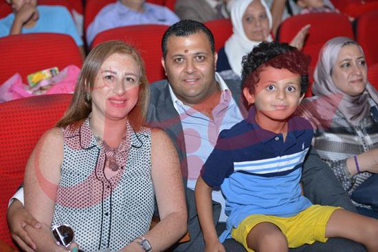 المستشار-ماركو-جوزيف-أيضاً-وعائلته-اثناء-مشاهدته-لبنته-خلال-العرض