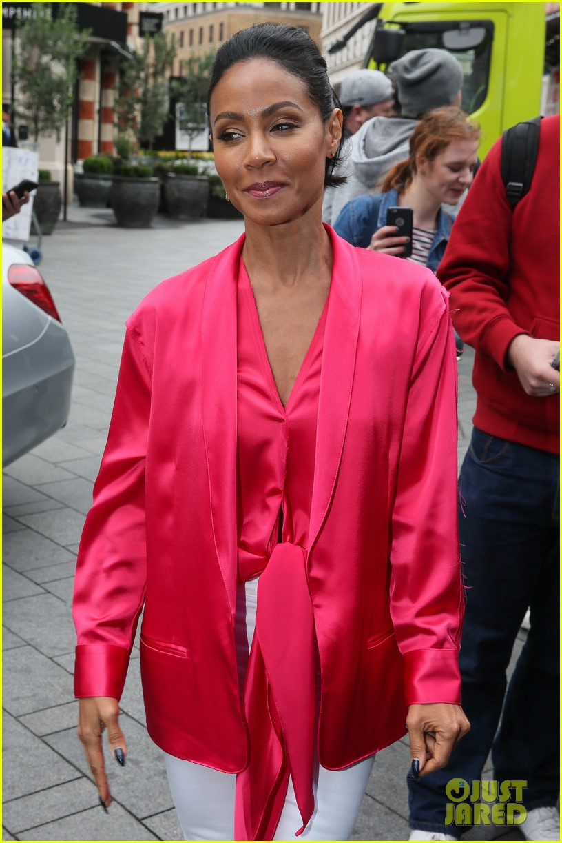 jada-pinkett-smith-likes-to-do-oil-painting-in-her-spare-time-01